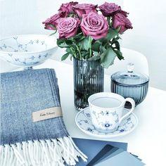 Vakkert stilleben og teppe fra Mette Ditmer. Dinevakreting.no  #metteditmer #styling #stilleben #tekstiler #teppe#pledd #inspirasjon #roser#bordpynt #borddekking #homestyling #home #homestyle #dansk #danskdesign#kvalitet #service