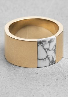 LARA MELCHIOR Crafted from brass, this ring features a semi-precious stone with a marble-look.