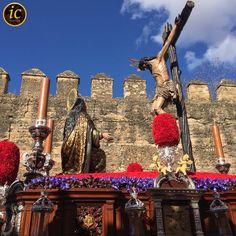 El Señor de la Buena Muerte pasa por las Murallas de la Macarena. ¡Que grande sois