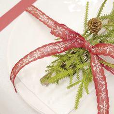 Ecco un'idea su come creare una tavola natalizia.