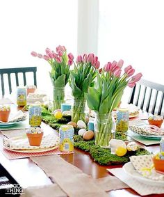 Simple, delicious, and affordable ways to make your Easter dinner delightful! dinner table setting families A Festive And Affordable Easter Dinner Celebration! Brunch Table Setting, Easter Table Settings, Easter Table Decorations, Decoration Table, Centerpiece Ideas, Easter Centerpiece, Party Centerpieces, Easter Decor, Tulip Centerpieces