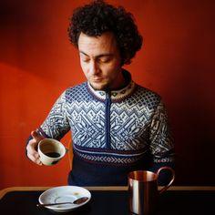 Benjamin Hohlmann ist offiziell der beste Verköstiger von Kaffee – in Deutschland. Der Gastgeber des Basler Unternehmens Mitte hat im November die Cup-Tasting-Meisterschaft in seinem Heimatland gewonnen. Ein Gespräch über das beste Getränk der Welt, abgelaufene Röstdaten und warum der währschafte «Kaffi Crème» eigentlich in die internationale Liga des Espresso gehört. Barista, Espresso, November, Cups, Swiss Guard, Kaffee, Germany, World, Espresso Coffee