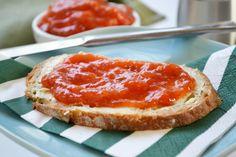 Das Rezept von dieser Tomatenmarmelade stammt aus Omas Kochbuch. Schmeckt lecker auf einem Butterbrot.