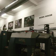 Drukkerij robstolk in de oude paardenstallen van de 'Amstel' brouwerij. Bij de pers prachtige paarden foto's van #Charlotte  Dumas gedrukt door robstolk, binnenkort ook op postzegels te zien