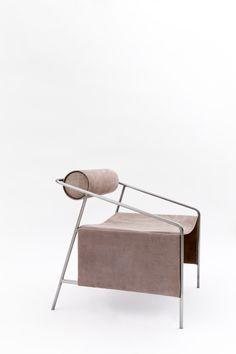 Arctic Smoke Chair - Designer Light and Ladder - Een redelijk pompeus ontwerp maar door de eenvoud van het frame en de doorkijk onder het zitvlak is deze stoel toch open.