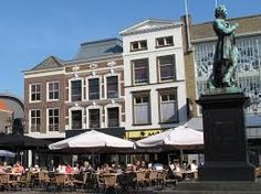 Beeld van Arie Scheffer op het Scheffers-plein Vroeger ook wel benoemd als: Aai van d'n Beurs.