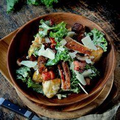 Caesarsallad med kyckling - recept | Mitt kök Creme Fraiche, Ricotta, Cobb Salad, Bacon, Ethnic Recipes, Food, Lasagne, Meals, Sour Cream