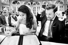 Момент подписания свидетельства о браке, ловим эмоции молодожен