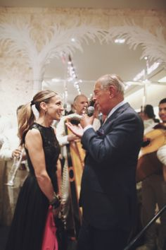 #FNO Sarah Jessica Parker gets serenaded by Oscar de la Renta as captured by The Greyest Ghost