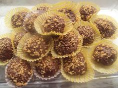 ΜΑΓΕΙΡΙΚΗ ΚΑΙ ΣΥΝΤΑΓΕΣ: FERRERO ROCHER..!!! Με 3 ΥΛΙΚΑ μόνο !!! Greek Desserts, Greek Recipes, Easy Desserts, Comme Un Chef, Le Chef, Sweets Recipes, Cake Recipes, Food Network Recipes, Food Processor Recipes