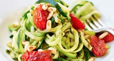Hmm, this healthy recipe for courgette spaghetti looks delicious! Check the recipe at MonStyle.. | Healthy food | Healthy dinner |