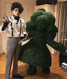 Tagged with halloween costume; Shared by Edward Scissorhands and Topiary Halloween 2017 Costume WIP Spooky Halloween Costumes, Looks Halloween, Fete Halloween, Halloween 2019, Halloween Outfits, Halloween Couples, Happy Halloween, Zombie Costumes, Family Halloween