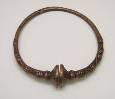 Torque à tampons en bronze, trouvé à Somme-Suippe dans la Marne, fin du 4ème siècle - JC. Musée Saint-Remi à Reims.