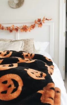 Looks Halloween, Halloween Rocks, Halloween Trees, Scary Halloween, Halloween Costumes, Halloween Bedroom, Halloween Home Decor, Halloween House, Halloween Decorations
