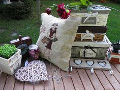 Dekorativní povlaky na polštářky oživí i starou sedačku nebo křeslo... Stačí polšářek převléci a je tu nová atmosféra. Provence, Throw Pillows, Retro, Bed, Home, Toss Pillows, Cushions, Stream Bed, Ad Home