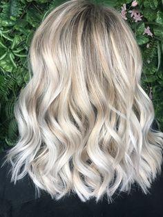 Midi hair - blonde new color Blonde Hair With Highlights, Brown Blonde Hair, Platinum Blonde Hair, Midi Hair, Creamy Blonde, Hair Color And Cut, Hair Studio, Grunge Hair, Dream Hair