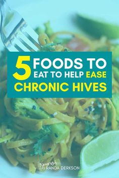 Eat these 5 foods to help ease the painful itch and burn when you have chronic hives. Urticaria is no fun, these low histamine and anti inflammatory foods help with symptoms and providing relief. Hives Remedies, Homeopathic Remedies, Chronic Hives, Autoimmune Diet, Anti Inflammatory Recipes, Good Foods To Eat, Health And Wellness, Health Tips, Health Fitness