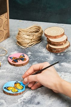 Crafts for teens, crafts to make, wood slices, wooden crafts, paint brushes Nature Crafts, Home Crafts, Fun Crafts, Diy And Crafts, Arts And Crafts, Wood Slice Crafts, Wooden Crafts, Wood Projects, Craft Projects
