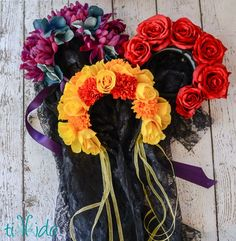 Tutorial for making a Dia de los Muertos (Day of the Dead) floral headpiece. Halloween Make Up, Halloween Crafts, Halloween Decorations, Halloween Party, Diy Day Of The Dead, Day Of The Dead Party, Day Of The Dead Skull, Flower Costume, Diy Crown