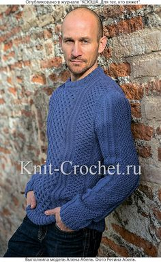 Связанный на спицах мужской свитер.