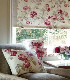 Wonderful Free of Charge Roman Blinds laura ashley Style Roman blinds are a well known favourite among conscious homeowners as they provide a classy, stylish and affordable solu Red Cottage, Shabby Cottage, Cottage Chic, Cottage Style, Cortina Roller, Rideaux Shabby Chic, Laura Ashley Home, Home And Deco, Country Decor
