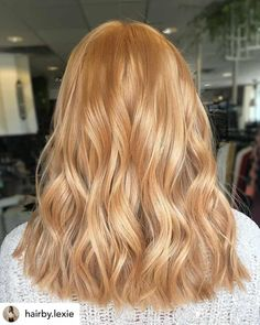 Do you know the difference between mahogany and auburn hair color? Find out what all the different shades of red hair color are! Natural Strawberry Blonde Hair, Strawberry Blonde Highlights, Strawberry Hair, Red Hair Blonde Highlights, Stawberry Blonde, Strawberry Blonde Hairstyles, Natural Red Hair Dye, Fall Highlights, Reddish Blonde Hair