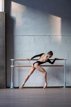 Perfect beauty, impeccable posture and grace in Alexander Yakovlev dance photography #alexanderyakovlev #art #ballerina #ballet #dance #dancephoto #dancer #fineart #gravity #russia
