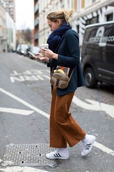 Best London Fashion Week Street Style Fall 2016 - London Street Style The best street style spotted outside London's Fall 2016 collections. Street Style Trends, Autumn Street Style, Street Style London, York Street, Mode Outfits, Fashion Outfits, Fashion Trends, Style Fashion, Gold Fashion