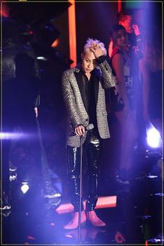 102413 GD performing at the Style Icon Award Note: GD is the youngest person & also the first singer to win style icon of the year award alone (Rain won it in 2008 with Jang Mi-hee). He also accepted the award from his friends Lee Soo Hyuk and Hong Jong Hyun.