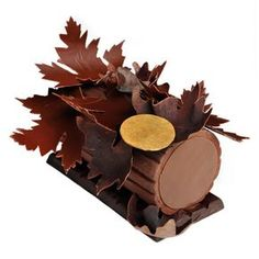 buche de noel ladurée LOVE the lacey effect of the chocolate leaves. Chocolate Art, Christmas Chocolate, Christmas Desserts, Christmas Baking, Christmas Log, Xmas, Fancy Desserts, Delicious Desserts, Isomalt