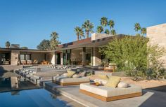 This striking modern desert home was designed by Schmidt Architecture in collaboration with The Wiseman Group, located in Palm Springs, California. Palm Springs Häuser, Villa, Desert Homes, Duplex, Exterior, Palaces, Great Rooms, Luxury Homes, Outdoor Living