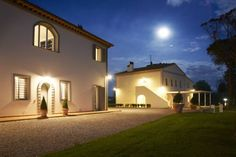 Tenuta Chiudendone Palaia Offering an outdoor swimming pool, Tenuta di Chiudendone is set amidst the Tuscan countryside, 6 km from Montopoli. It offers self-catering accommodation with elegant, modern furnishings and free Wi-Fi.
