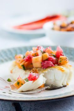 Perfectly Panfried Halibut with Grapefruit & Mango Salsa! Meaty halibut with a crispy, pan fried top and served with a fresh, citrusy and sweet salsa {recipe} Fish Recipes, Seafood Recipes, Low Carb Recipes, Dinner Recipes, Cooking Recipes, Meat Recipes, Ketchup, Sweet Salsa, Pan Fried Fish