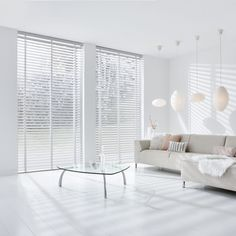 White Wooden Blinds, White Blinds, Curtains With Blinds, Residential Interior Design, Home Interior Design, Minimalist Window, Living Room Blinds, White Rooms, Stores