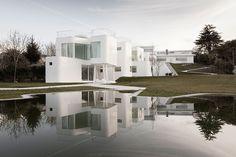 estudio dosis creates casa v from curved concrete