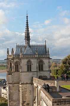 Château d'Amboise - France - 226 km S. of Paris hr. drive from Paris) Da Vinci's resting place ~ Also see: Château du Clos Lucé (da Vinci's home) - less than 2 km from Château d'Amboise Places Ive Been, Places To Go, Loire Valley France, French Castles, Clermont Ferrand, Poitou Charentes, Old Paris, Parks, Monuments