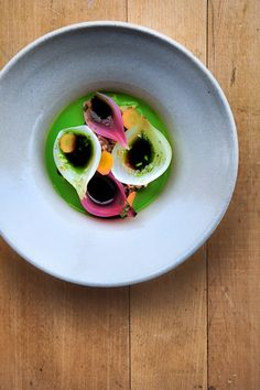 Grains, steamed and pickled onions, fermented carrots and almost raw juice of kale / Magnus Nilsson / Fäviken Food Photography Styling, Food Styling, Gourmet Recipes, Cooking Recipes, Raw Juice, Food Decoration, Molecular Gastronomy, Culinary Arts, Creative Food