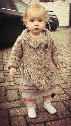Gebreide poncho | freubel oma Knitting For Kids, Baby Knitting Patterns, Crochet For Kids, Knitting Yarn, Poncho Crochet, Crochet Hats, Fashionista Kids, Baby Poncho, Baby Coat