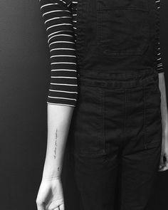 """Tatuaje que dice """"ad astra per aspera"""", frase en latín que en castellano significaría """"A través del esfuerzo, el triunfo."""" Artista tatuador: Jon Boy · Jonathan Valena"""