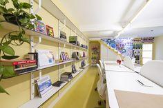 Decora Rosenbaum Temporada 1 - ÉNois. Paredes  amarelas, estante de livros, lambe lambe. Foto: Felipe Felco Valle