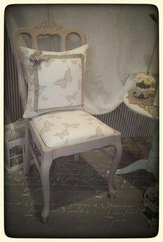 Sedia decapata e tappezzata con tessuto in puro lino color panna con farfalle dal delicato colore tortora