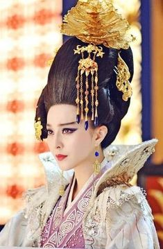 The Empress of China (simplified Chinese: 武媚娘传奇) is a 2014 Chinese television drama based on events in and Tang dynasty, starring producer Fan Bingbing as the titular character Wu Zetian—the only female emperor in Chinese history. Fan Bingbing, Traditional Fashion, Traditional Dresses, Oriental Fashion, Asian Fashion, Wu Zetian, The Empress Of China, China Girl, Chinese Clothing