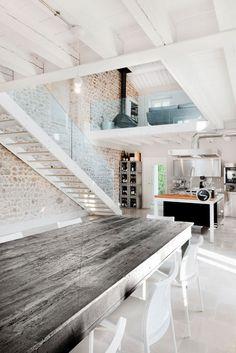 (Chic Rustic Home) de structuur van de tafel en muur maken het beeld niet te glad.