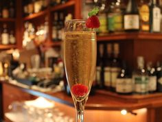 Este es Sparkling Gold, la última creación de Yanaida Prado, a base de Gold Label Reserve y Cava Reina María Cristina. Flute, Champagne, Prado, Cocktails, Sparkle, Tableware, Barcelona, Gastronomia, Appetizers