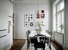 Post: Blanco y negro, sobrio y elegante --> estilo nórdico, cocina moderna, decoración pisos pequeños, decoración salón, blog interiores nórdicos, decoración blanco y negro, estilo sobrio elegante decoración, baldosas marroquies hidraulicas, chimenea sueca tradicional, cocina nordica blanca negra