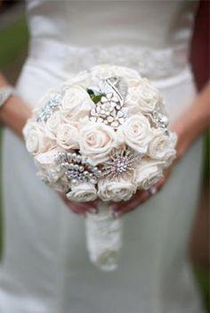 Ramo blanco y plateado. Flores para una boda en Fin de Año