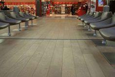 Charles de Gaulle Lufthavn – Paris, Frankrig…. Egetræsgulvet i terminal 2 er blevet industriolieret med hvid Trip Trap olie.