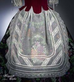Margarita Vercher delantal fallera Drawstring Backpack, Apron, Sewing Projects, Embroidery, Mayo, Oc, Clothes, Dresses, Fashion