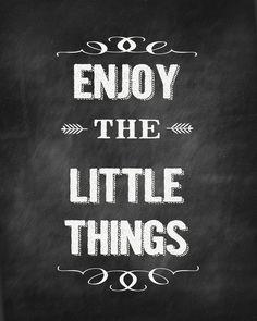 Free Chalkboard Enjoy The Little Things Printable Printable Quotes, Printable Art, Printables, Chalkboard Printable, Chalkboard Designs, Chalkboard Quotes, Scrapbooking Digital, Wine Label Design, Chalk It Up