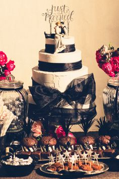 黒を基調にしたクールなウエディングケーキ! デコレーションや食器などに黒を多用して、お菓子も全部チョコレート味で統一♪パーティーらしく大きなリボンもお忘れなく!